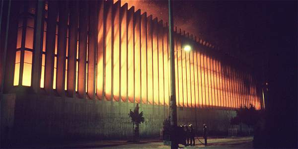 Aspecto del incendio tras las operaciones en el Palacio de Justicia el 6 de noviembre de 1985.