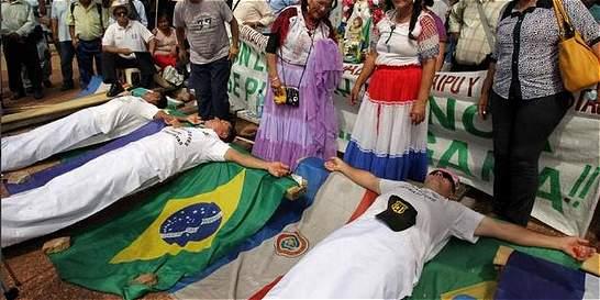 Seis días en huelga de hambre y crucificados
