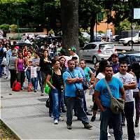 Detienen a directivas de Farmatodo por colas en locales de Venezuela