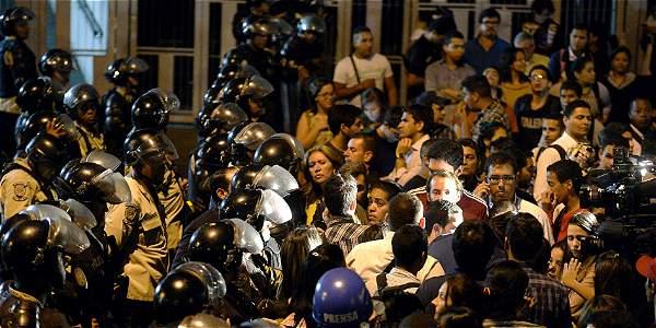 Decenas de opositores se congregaron en la noche del jueves en la sede del Servicio Bolivariano de Inteligencia Nacional para expresar rechazo a la captura del alcalde de Caracas.