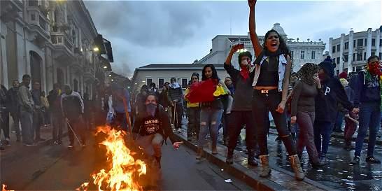 Grupos correístas y centenares de opositores marcharon en Ecuador