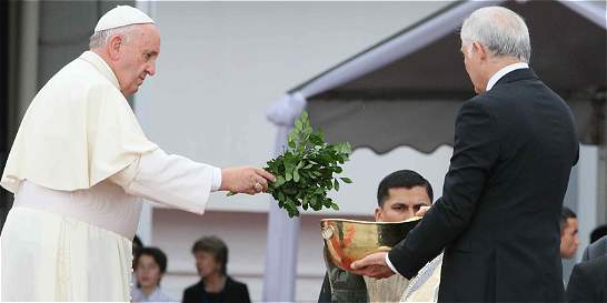 El papa Francisco llega a Paraguay, última escala en Suramérica