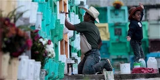 Guatemaltecos recordaron a sus difuntos entre tumbas de colores