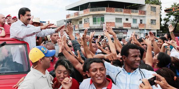 Los mitines del oficialismo chavista para las elecciones van acompañados de entregas de regalos.