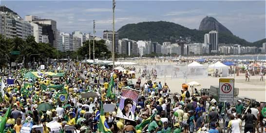 Protestas para exigir destitución de Rousseff en Brasil pierden fuerza