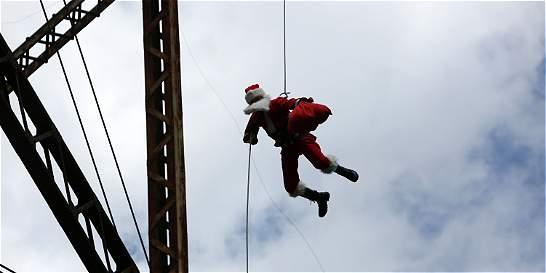 Papá Noel salta de un puente para dar regalos a niños en Guatemala