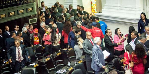 Los 55 diputados del chavismo se retiraron de la instalación de la Asamblea Nacional apelando a una violación del reglamento.