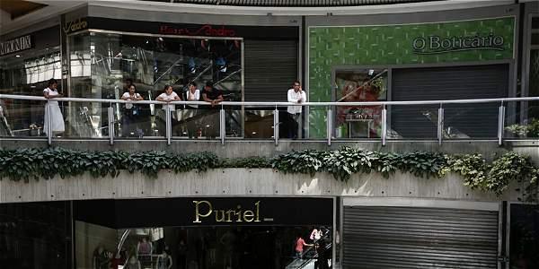 A la una de la tarde de ayer, varios centros comerciales de Caracas comenzaron a acatar la medida y cerraron las puertas de los locales.