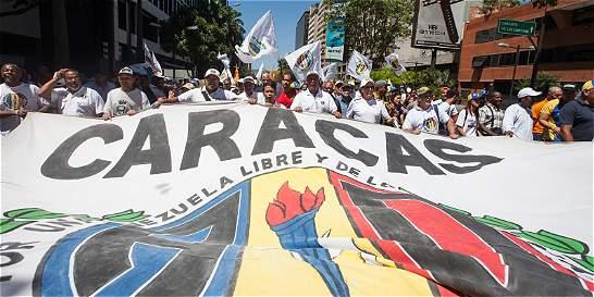 Manifestantes oficialistas y opositores marchan en Caracas