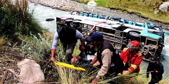Veintitrés muertos y 34 heridos dejó accidente de un bus en Perú