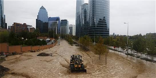 Lluvias desbordan río en Santiago manteniendo sin agua a chilenos
