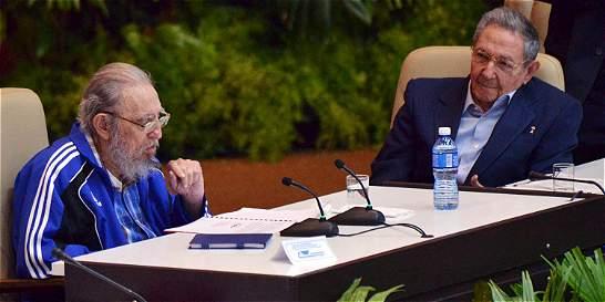 Fidel Castro aparece junto a Raúl en la clausura del Partido Comunista