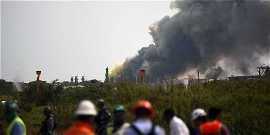 Suben a 24 los muertos por explosión en planta petroquímica de México