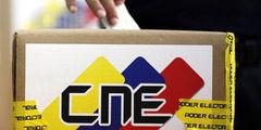 CNE cede y entrega planillas para referéndum revocatorio de Maduro