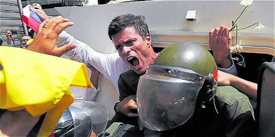 Leopoldo López celebra su cumpleaños firmando para el revocatorio