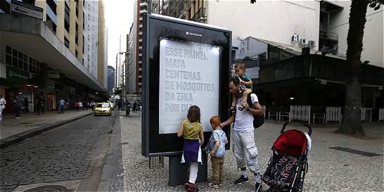 Paneles publicitarios de Río de Janeiro sirven para matar mosquitos