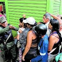 Cuando la noche se va en una fila por comida en Venezuela