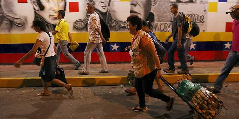 Venezolanos afanados por medicinas cruzaron la frontera con Colombia