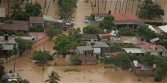 Huracán Newton toca tierra y tiene en alerta costa oeste de México
