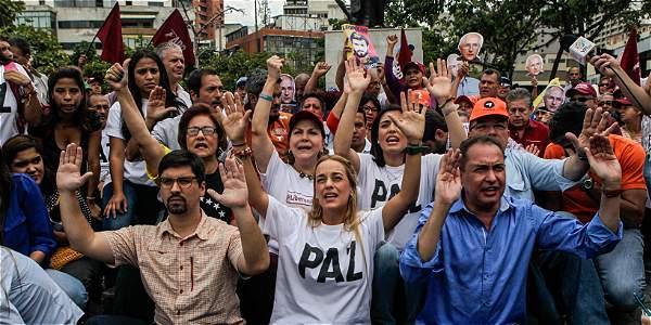 Lilian Tintori, esposa del líder opositor Leopoldo López, exige junto con otros líderes de la MUD, que el CNE acelere trámites del referendo.