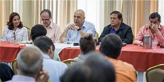 Oposición venezolana ni abandona el revocatorio ni acepta trabas