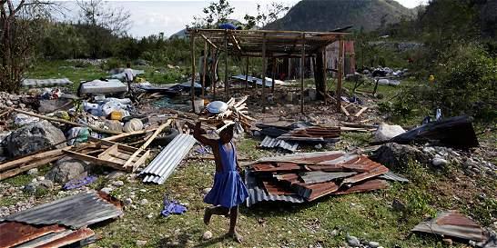 Haitianos reconstruyen sus casas en espera de ayuda humanitaria