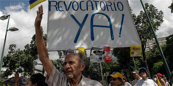 Cientos de opositores al presidente Maduro realizan marchas desde hace meses para exigir la realización de un referendo revocatorio.