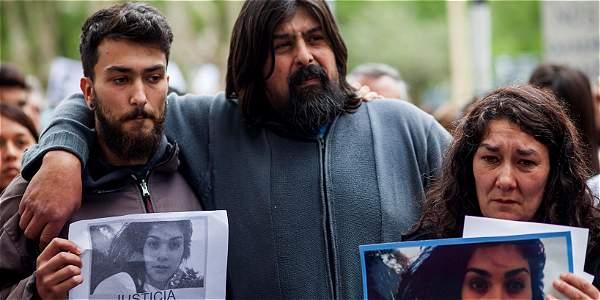 Los padres de Lucía Pérez, Guillermo Pérez (c) y Marta Montero (d), durante una marcha en Mar del Plata (Argentina) en repudio al asesinato de su hija.