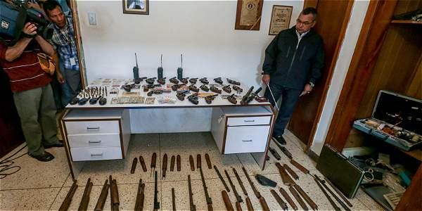 El ministro Reverol, informó de un allanamiento a una residencia en Caracas donde se encontraron 22 revólveres y 5 escopetas, además de varias piezas de propaganda de partidos políticos de oposición.