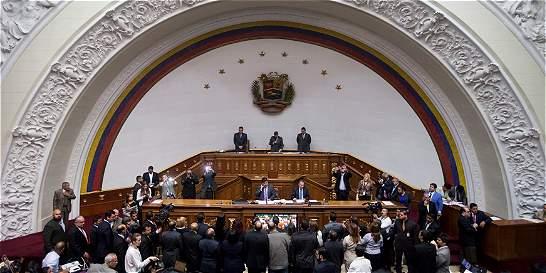 Asamblea venezolana debate llevar a Maduro a un juicio político