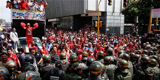 Maduro sube el mínimo para contrarrestar huelga en Venezuela