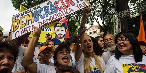 En medio de una vigilia, Leopoldo López responde al llamado de su esposa, Lilian Tintori