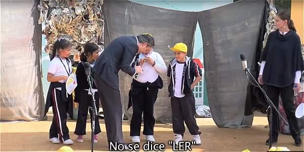 Niña corrige en público al secretario de educación de México por no saber pronunciar