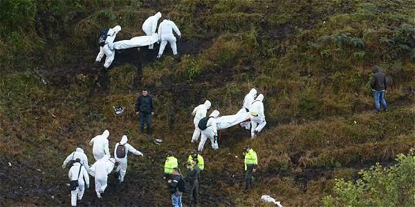 Imagen del rescate de los cuerpos tras el accidente aéreo.