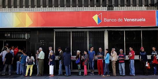 Retirar dinero en los cajeros o pagar, calvario para los venezolanos