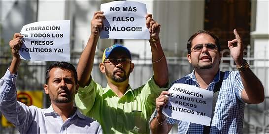 Tras congelar diálogo, oposición pide salida electoral en Venezuela