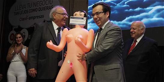 Regalo de muñeca inflable 'para estimular economía' indignó a Chile