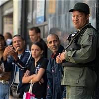 Venezolanos hacen filas en bancos a la espera de nuevos billetes