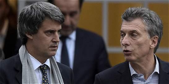 En recesión, Macri saca a su ministro de Hacienda