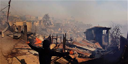 120 viviendas quemadas y 400 evacuados por incendio en Valparaíso