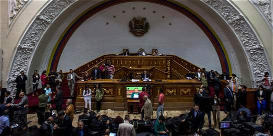 Tras declarar abandono de cargo de Maduro, Asamblea pide elecciones