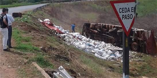 Se vuelca camión que transportaba 30 toneladas de dinero venezolano