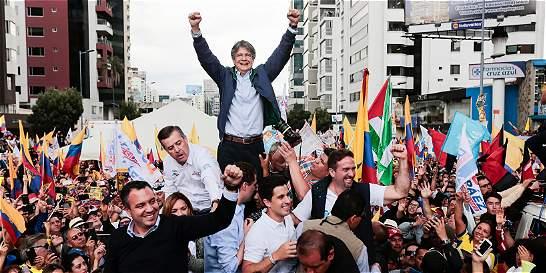 Opositor Lasso lidera primeros sondeos de balotaje en Ecuador