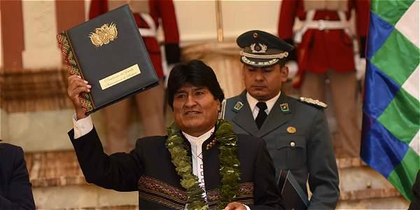 Durante la promulgación de la ley, el presidente de Bolivia, Evo Morales, lució este miércoles un collar hecho con hojas de coca.
