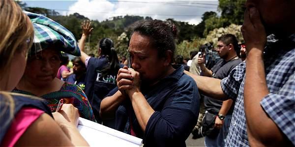 Familiares esperan noticias de sus seres queridos después de un incendio en el albergue Virgen de Asunción, en Guatemala.