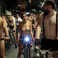 Ciclistas se desnudan en Brasil exponiendo su fragilidad en carretera