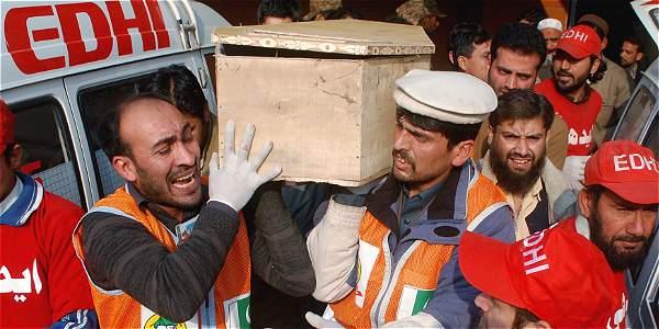 Entre el llanto y el dolor, comienza el sepelio de las 126 personas asesinadas este martes en Pakistán