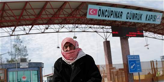 Más de 20 mil sirios esperan apertura de frontera con Turquía