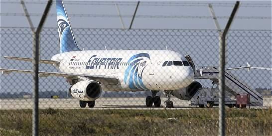 Se entregó hombre que secuestró y desvió un avión de Egyptair