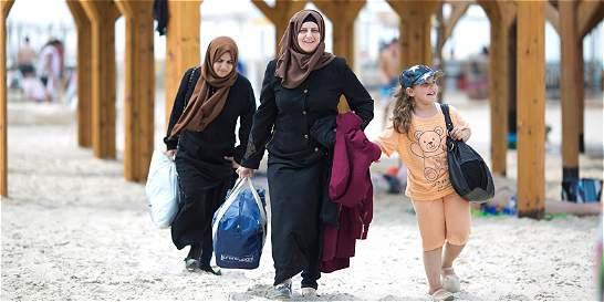 Niños palestinos conocen el mar de la mano de mujeres israelíes